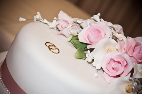 come scegliere la torta nuziale e l'abito da sposa