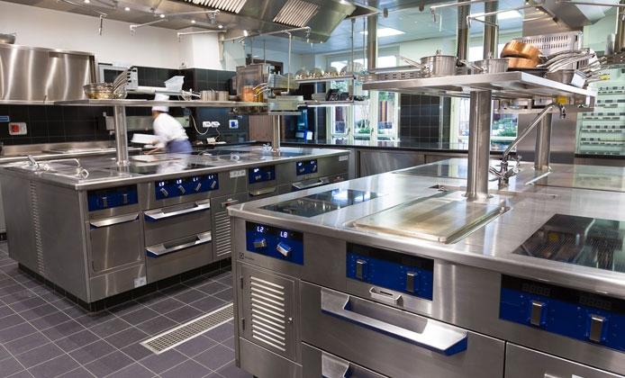 Quali attrezzature professionali non devono mancare nella cucina di un hotel - Attrezzature professionali cucina ...