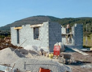 Quale terreno e quali permessi per costruire una casa for Costruire un garage su un terreno in pendenza